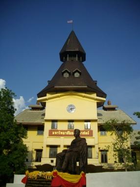 Monument_of_Pridi_Phanomyong_&_Dome_of_Thammasat_University
